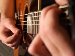 Kann ich mir selbst Gitarre spielen beibringen ?
